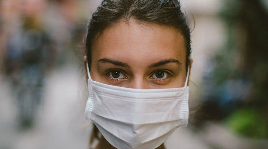 Исследование показывает, что глаза человека более активны в улыбке за маской